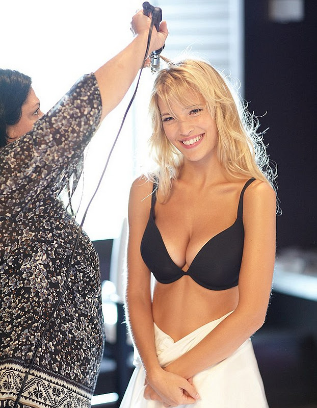 37b4992fb8 Luisana Lopilato shows off the latest collection of sexy lingerie from  British firm