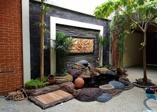 Ornamen relief dengan kolam koi