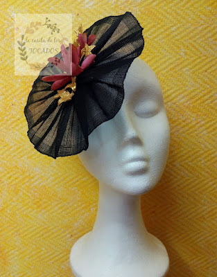 tocado para boda en color negro, rosa fresa y dorado, sencillo y elegante