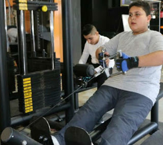 anak berlatih di gym