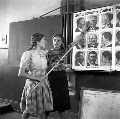 Clase de educación racial para chicas alemanas en 1943