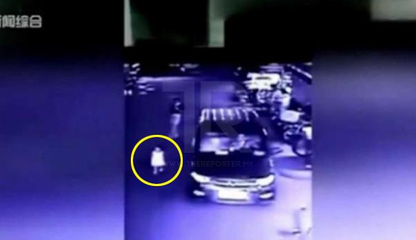 Anak Maut Dilanggar & Digilis Kereta Ketika Si Ibu Sedang Leka Dengan Telefon Bimbit