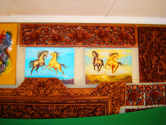 Изображение картин и сувениров из дерева