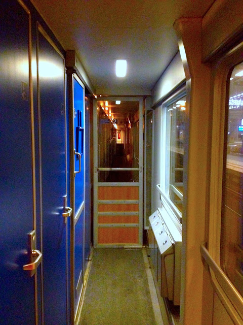 Naik Kereta ICE dan City Night Line dari Amsterdam ke Berlin-16 hallway train