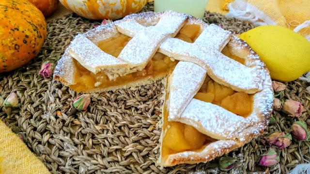 vegan Cinnamon Apple Pie with slice