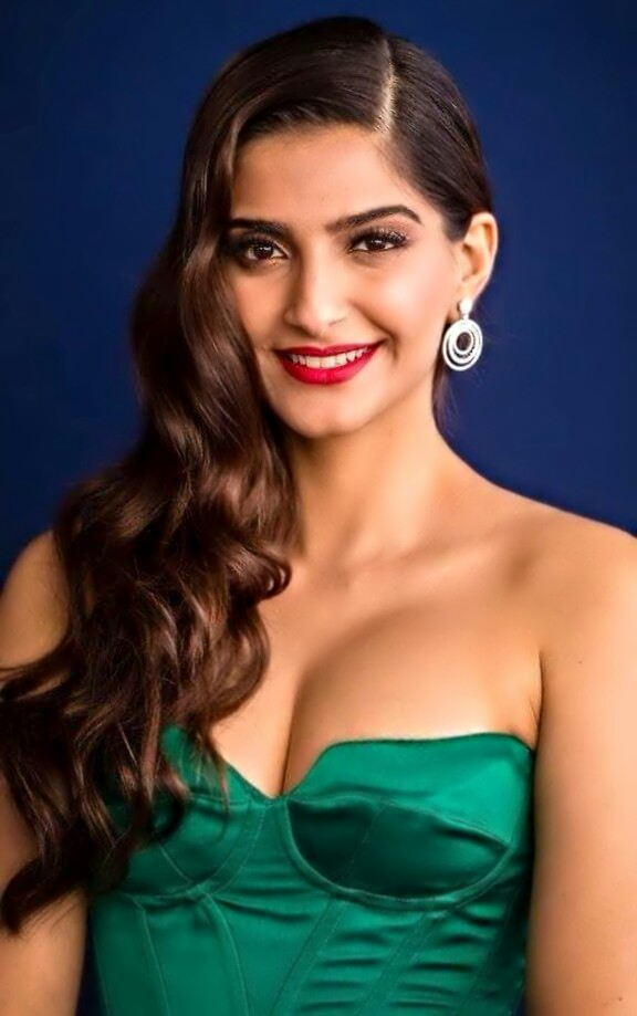 Sonam Kapoor looks Hot Sexy in Green Dress | Sonam Kapoor Hot Cleavage Show