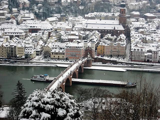 Schneebedecktes Heidelberg vom Philosophenweg aus festgehalten