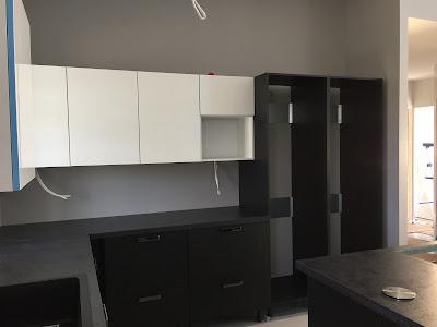 mustavalkoinen keittiö, valkoiset korkeakiiltoiset yläkaapit, NCS S 3500-N