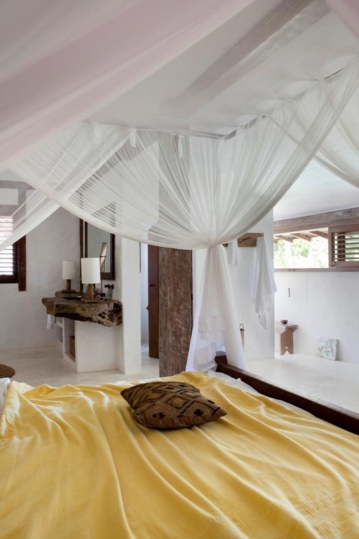 cama exótica con dosel de madera