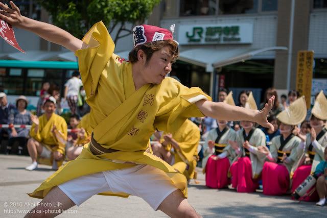 吹鼓連、高円寺駅北口広場での舞台踊り、男踊りの踊り手の写真 5