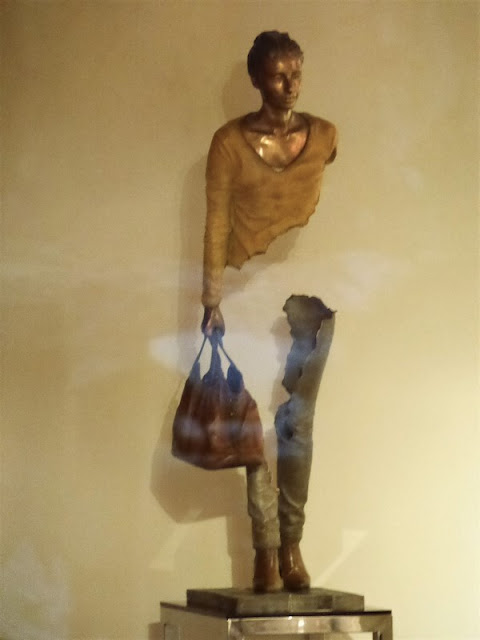 Escultura de Bruno Catalano, con su maleta, como los Voyageurs de Marsella