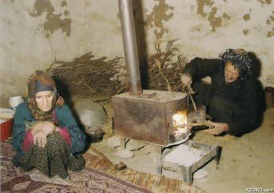 Yoksul evlerinde yaşlı amca ve yaşlı teyze