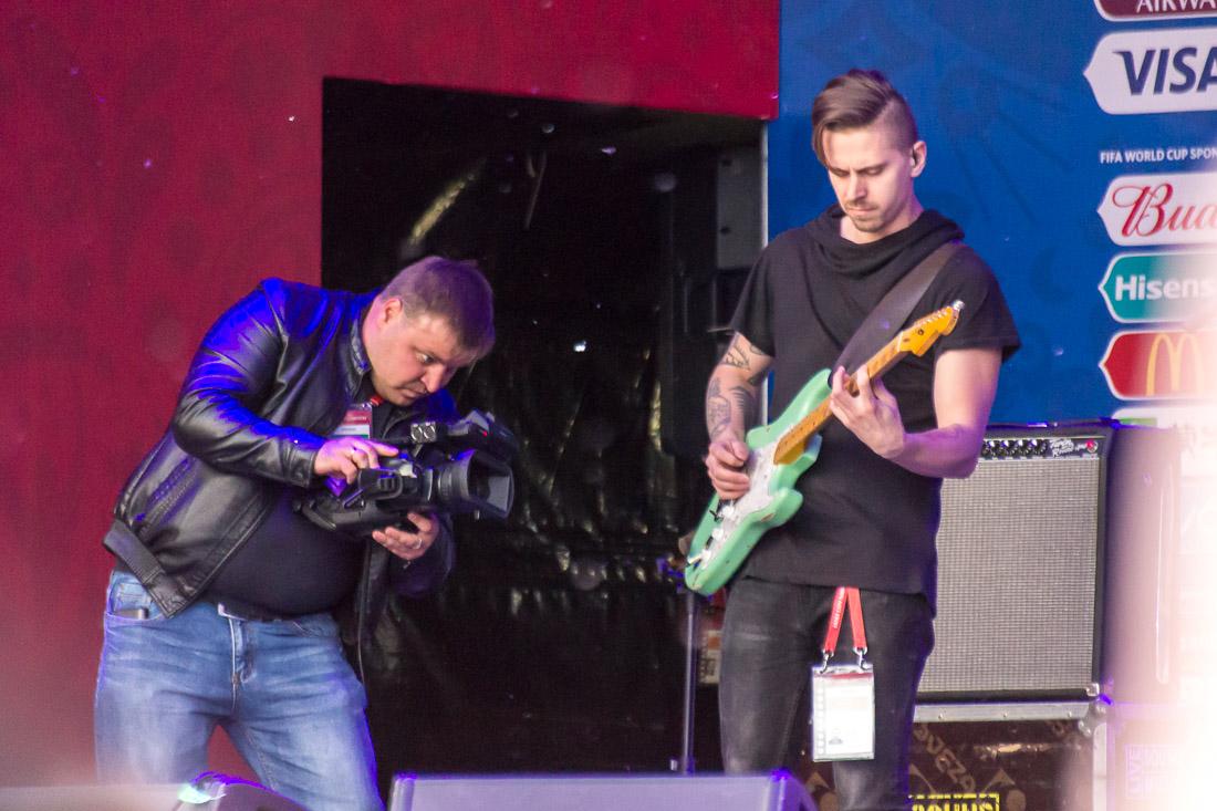 Оператор с камерой и гитарист