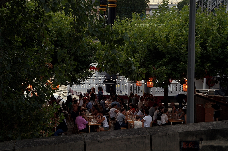 Paris: Restaurant draußen an der Seine im Sommer // Magical Paris summer evening at the Seine | Tasteboykott