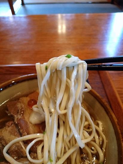 琉心そば(中)の麺の写真