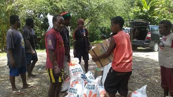 Polsek Miktim Berikan Bantuan Kepada Warga Kilometer 11