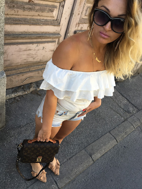 Louis Vuitton Pochette, Levi's shorts, summer outfit for hot days, how to wear short denim shorts, how to wear slides it shoe of 2017, best canadian fashion blogger, najbolje srpske blogerke, sta nositi na velikoj vrucini, best travel blogs, best travel diaries of eastern europe