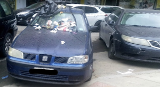 Θεσσαλονίκη: Γέμισαν με σκουπίδια αυτοκίνητο που είχε παρκάρει σε ράμπα (Εικόνες)