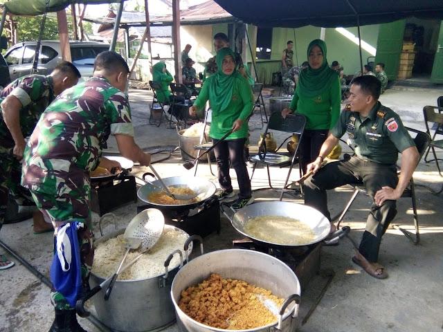 TNI AD di Bone Bersama Istrinya Kompak Buat Makanan Siap Saji Untuk Korban Gempa Tsunami Palu-Donggala