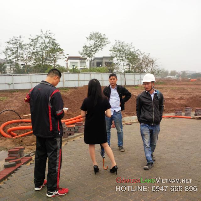 Hình ảnh cư dân tương lai của khu Biệt thự Gamuda Gardens - Mansions tới nhận bàn giao đát để chuẩn bị vào việc xây dựng