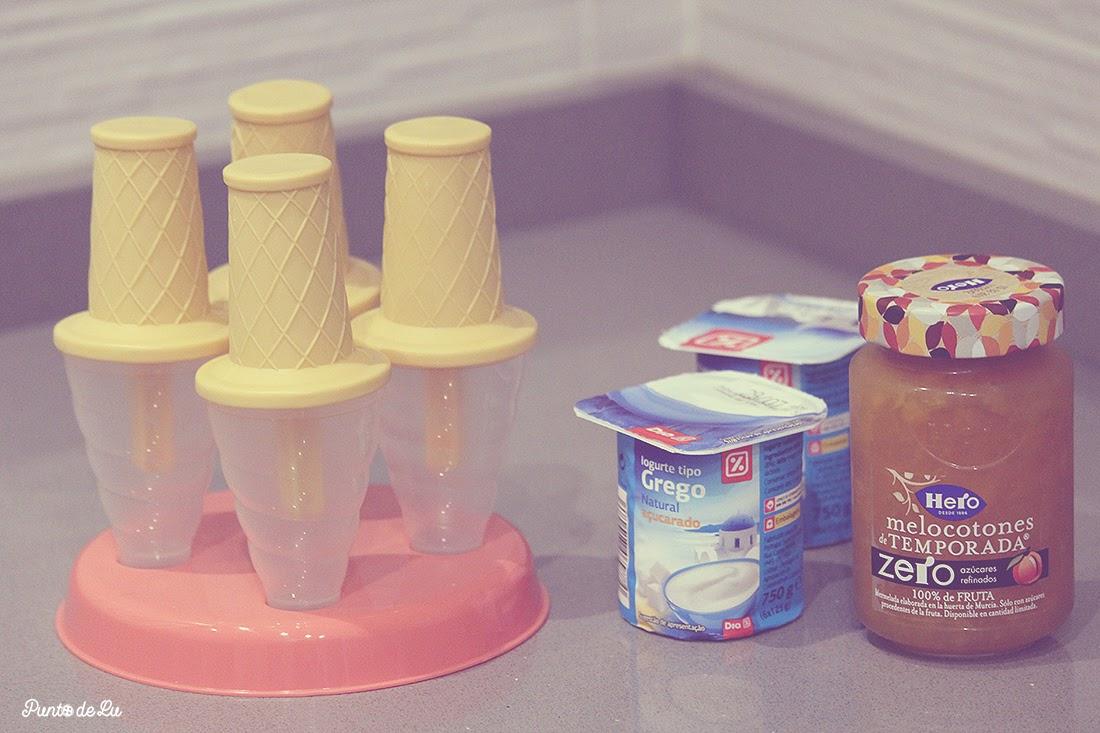Helado de yogur y mermelada