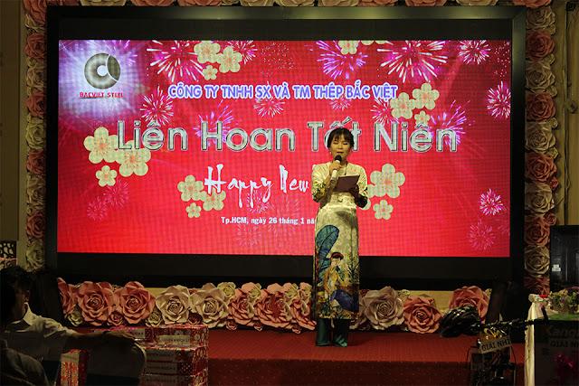 MC Thanh Xuân thay mặt Công ty gửi lời chúc mừng năm mới đến CB-NV Thép Bắc Việt