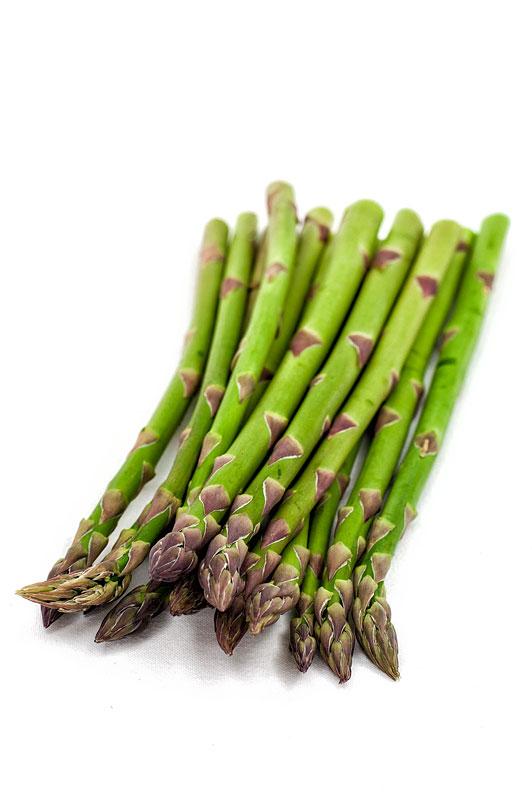 Asparagus - zeleni šparglji na belem