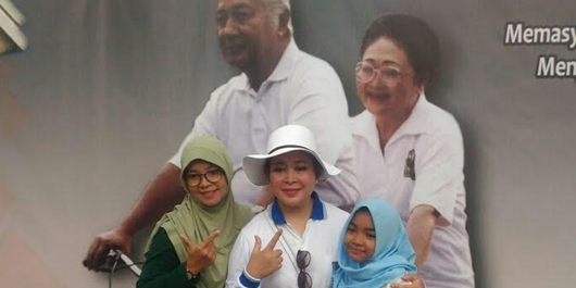 Warga Antusias Berfoto Bersama Pak Harto dan Ibu Tien di CFD