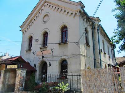 La antigua Sinagoga de Zemun - una vez hogar de un club de rock y ahora un restaurante serbio tradicional- será devuelta a la comunidad judía de Zemun el próximo año.
