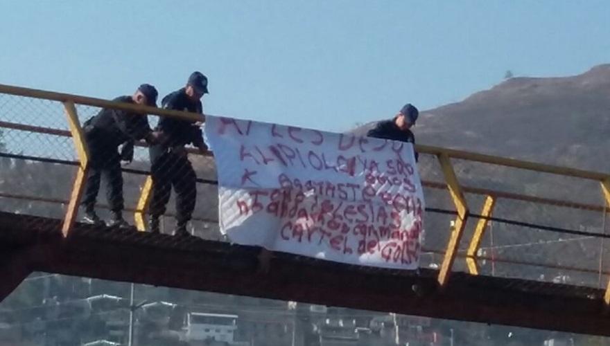 """Cuelgan intimidante """"narco manta"""" en puente peatonal de Oaxaca Capital, por el Cartel del Golfo."""