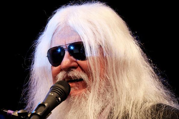 Leon Russell, que surgiu nos anos 70 como um dos artistas mais dinâmicos do rock'n'roll, morreu no domingo com a idade de 74 anos