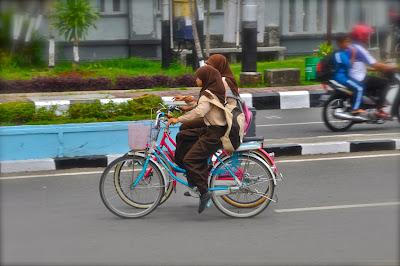 anak reaja pergi ke sekolah naik sepeda