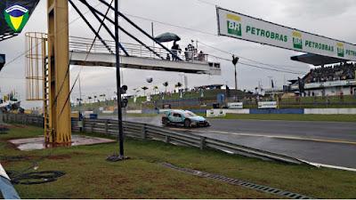 Rubinho recebendo a bandeirada em 1º na corrida 1 em Goiânia
