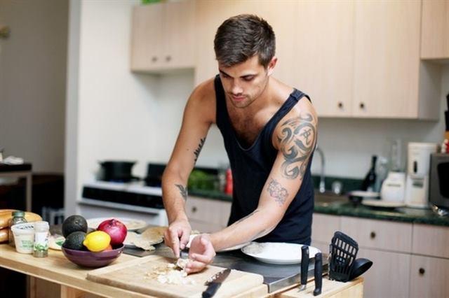 يتحدى نفسه فى المطبخ - لغة الجسد - علامات الحب عند الرجل