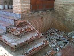 restos de escombros al lado de escalera en obras