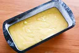 Вылить тесто в форму для выпекания  и поставить в горячую духовку