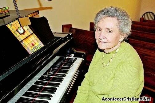 Mujer anciana toca el piano en la iglesia