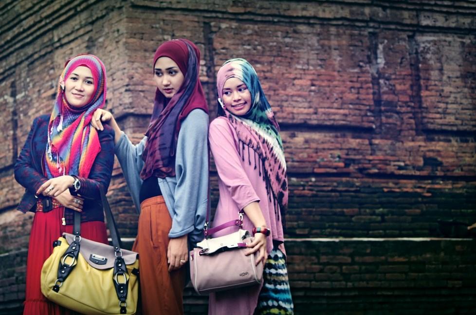 Dian Pelangi foto bareng teman di candi simbasari Model Hijab Indonesia manis cantik dan janda warna pelangi rok cantik dan manis