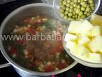 Ciorba de vacuta preparare reteta - adaugam mazarea si cartofii taiati cubulete