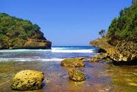 Wisata Pantai Batu Bengkung Malang 4
