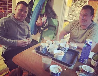 muffinsseja kahvikupeissa onnelliset miehet syömässä