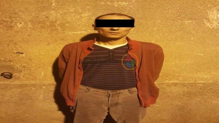 قتله وقعد جنب الجثة .. حكاية شرطي مفصول طعن والده حتى الموت في إمبابة