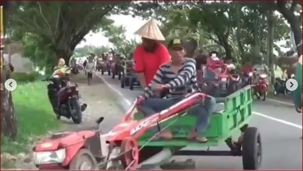 Karena Tak Diperbolehkan Beli BBM Pakai Jerigen, Petani Bawa Ratusan Traktor Ke SPBU