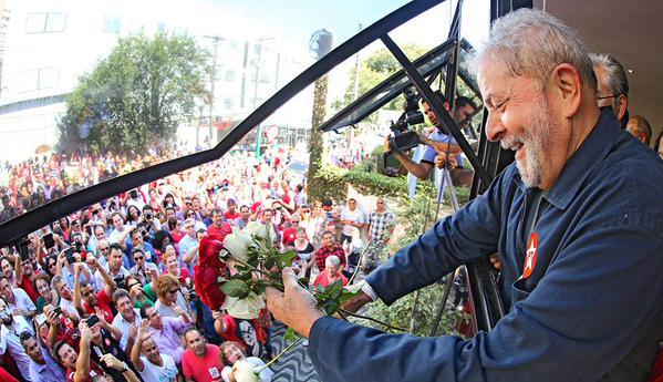 Resultado de imagem para Lula com a multidão