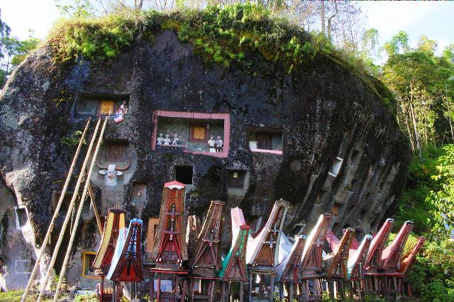 kuburan batu lokomota