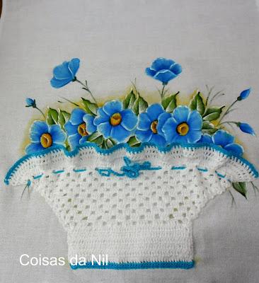 cesta de croche com flores azuis pintadas
