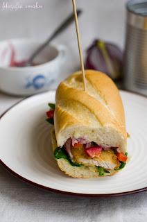 (Sandwich z kurczakiem, roszponką i marynowaną cebulką