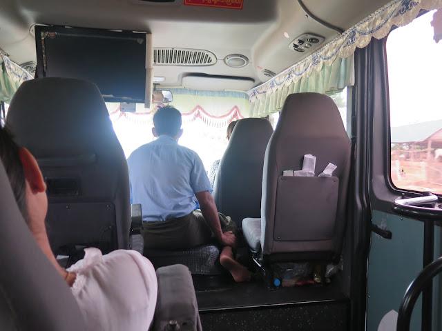 Interior del minibus de Bagán a Mandalay