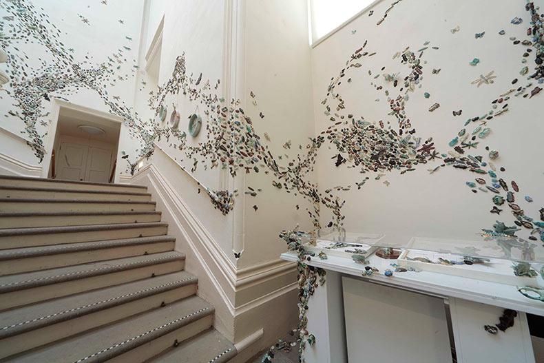 Una impresionante plaga de escarabajo de cerámica pululan las paredes de una galería