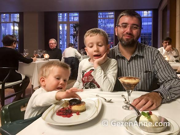 Rixos Belek'te İtalyan ala cart restoranında çocuklar ve babası